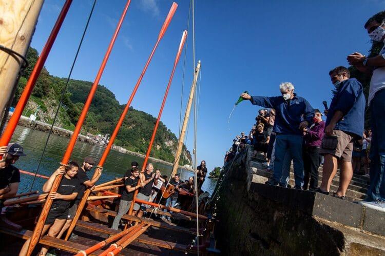 Imagen de la botadura del barco corsario. Foto: Albaola