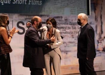 Entrega del premio en la Gala del Cine Vasco a Kimuak este martes en el Festiavl de San Sebastián. Fotos: Santiago Farizano