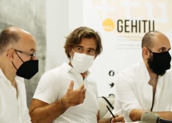 José Luis Rebordinos, Nico Subirán y Julen Cano presentando el premio Sebastiane. Foto: Santiago Farizano