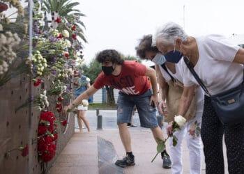 Ofrenda floral ante la escultura Dual en el homenaje a las víctimas del franquismo. Fotos y vídeo: Santiago Farizano