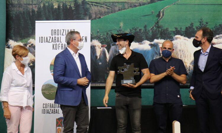 Felicitaciones a Eneko Goiburu, ganador del concurso de quesos de Ordizia. Foto: Diputación