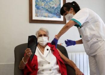 Una de las primeras residentes gipuzkoanas vacunadas con la tercera dosis anticovid. Foto: Diputación.