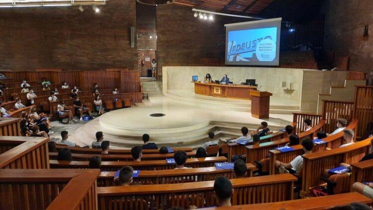 Estudiantes de Deusto Business School en la jornada de bienvenida hoy en el Loiola Centrum del campus de San Sebastián. Foto: Deusto