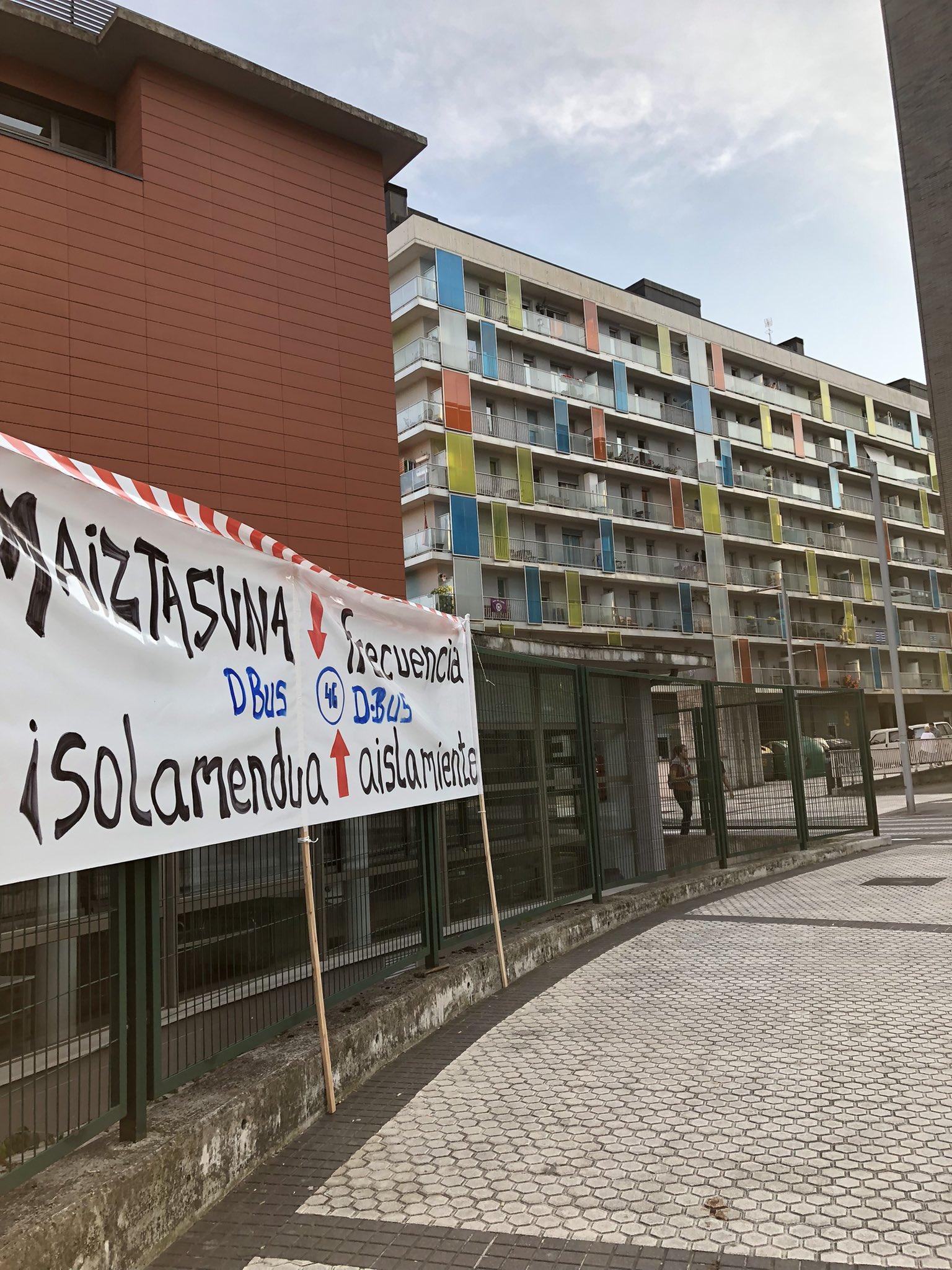 """pancarta - Los vecinos de Morlans, """"perjudicados"""" por los cambios de Dbus"""