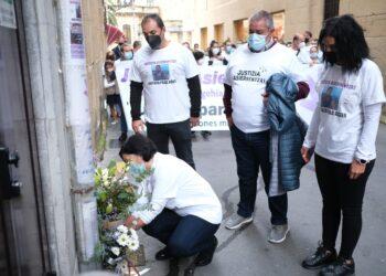 Ofrenda floral tras la manifestación cuando se cumplen tres años de la muerte de Asier Niebla. Fotos: Santiago Farizano