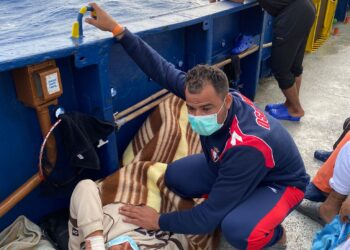 Atención en el Aita Mari a los rescatados el pasado día 19. Foto: Alfonso Novo