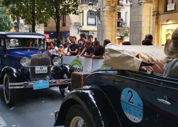 Donostia vibrando hoy con los coches clásicos. Fotos: Alonso