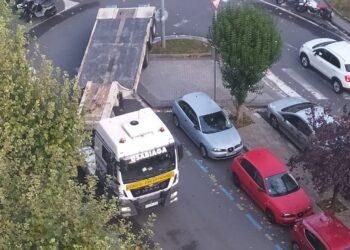 Un camión que viene por Eustasio Amilibia entra en la Avenida Felipe IV. Fotos: Mertxe- DonostiTik