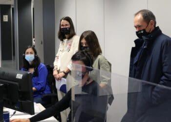 Archivo. El diputado Jokin Perona con los técnicos de TicketBAI. Foto: Diputación