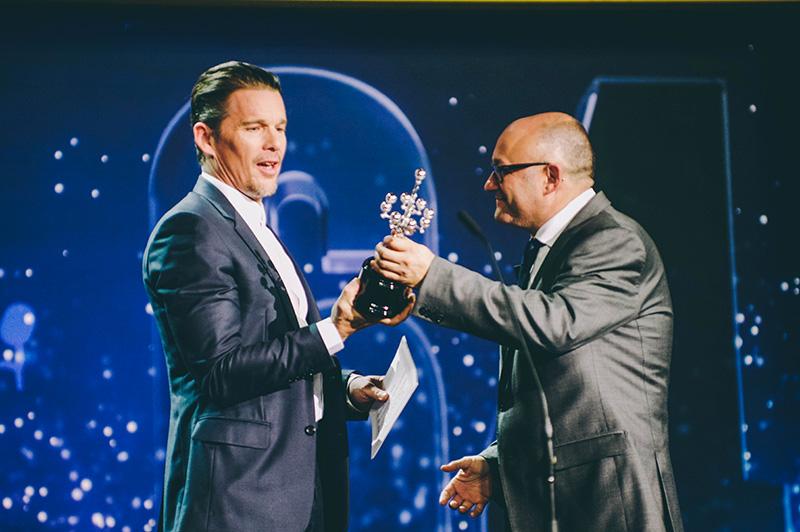 Ethan Hawke, recogiendo el Premio Donostia. // Foto: Santiago Farizano
